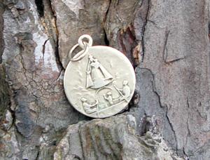 Reliquia-Medalla en el Pino de la Virgen (Garabandal)